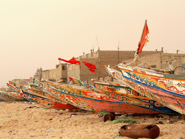 Coloridas piraguas en St. Louis, Senegal